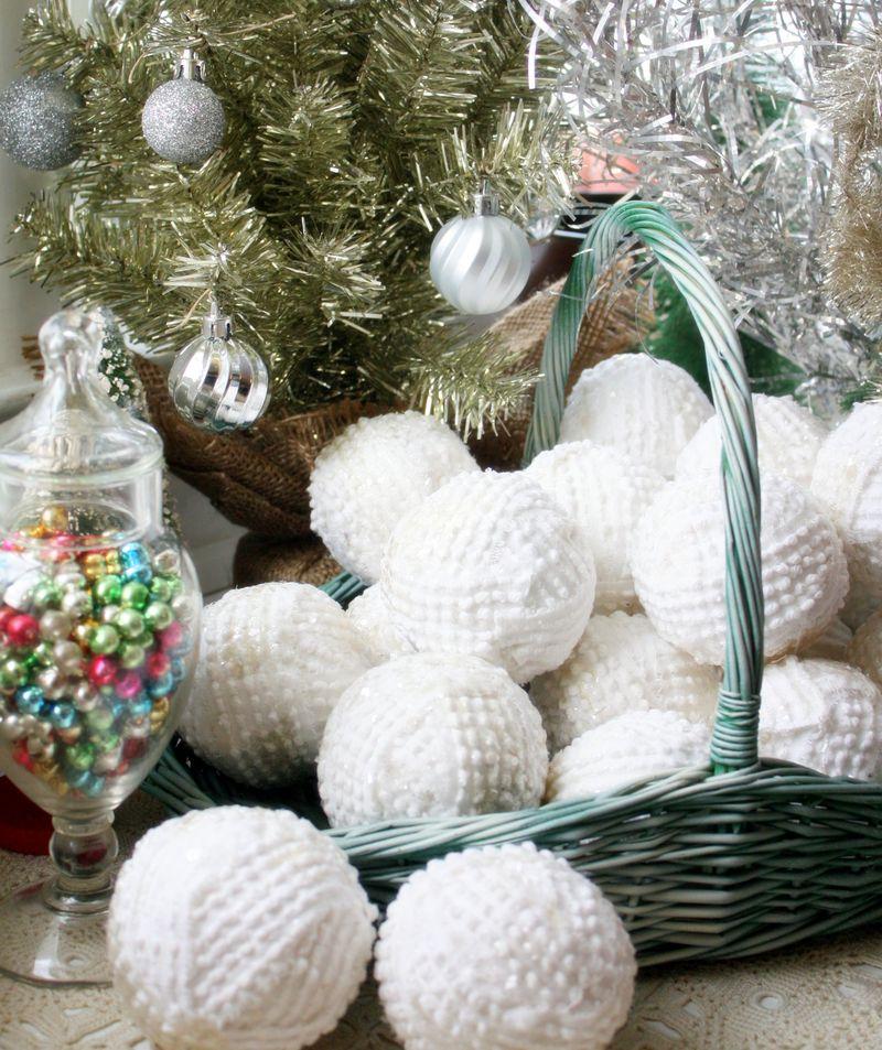 Mitzismiscellany_bedspread_snowballs